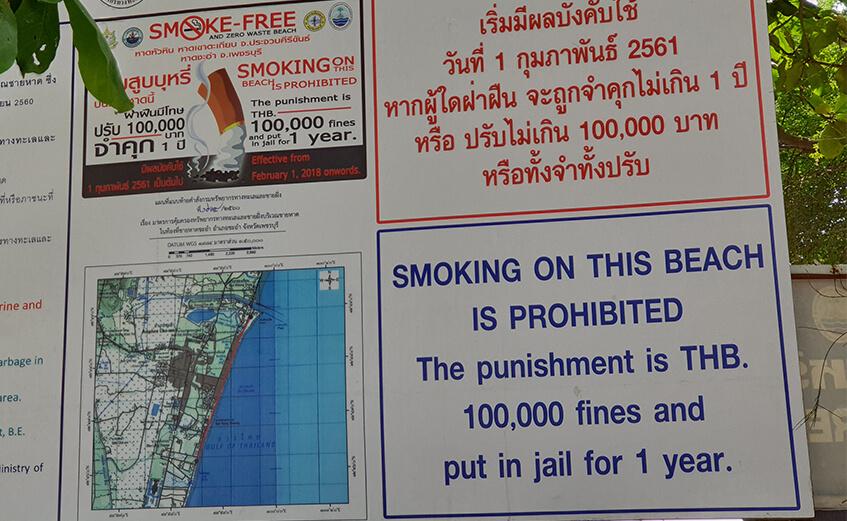 Skilt som viser 100000 baht og 1 års fengsel i bot for røyking
