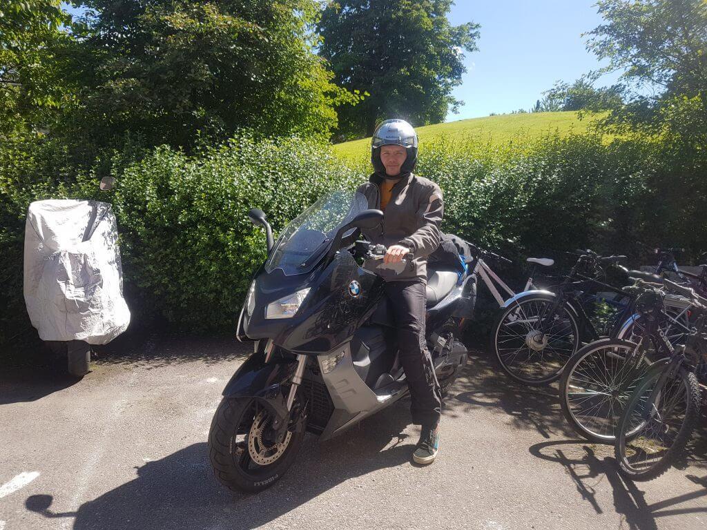 Jonas på motorsykkel