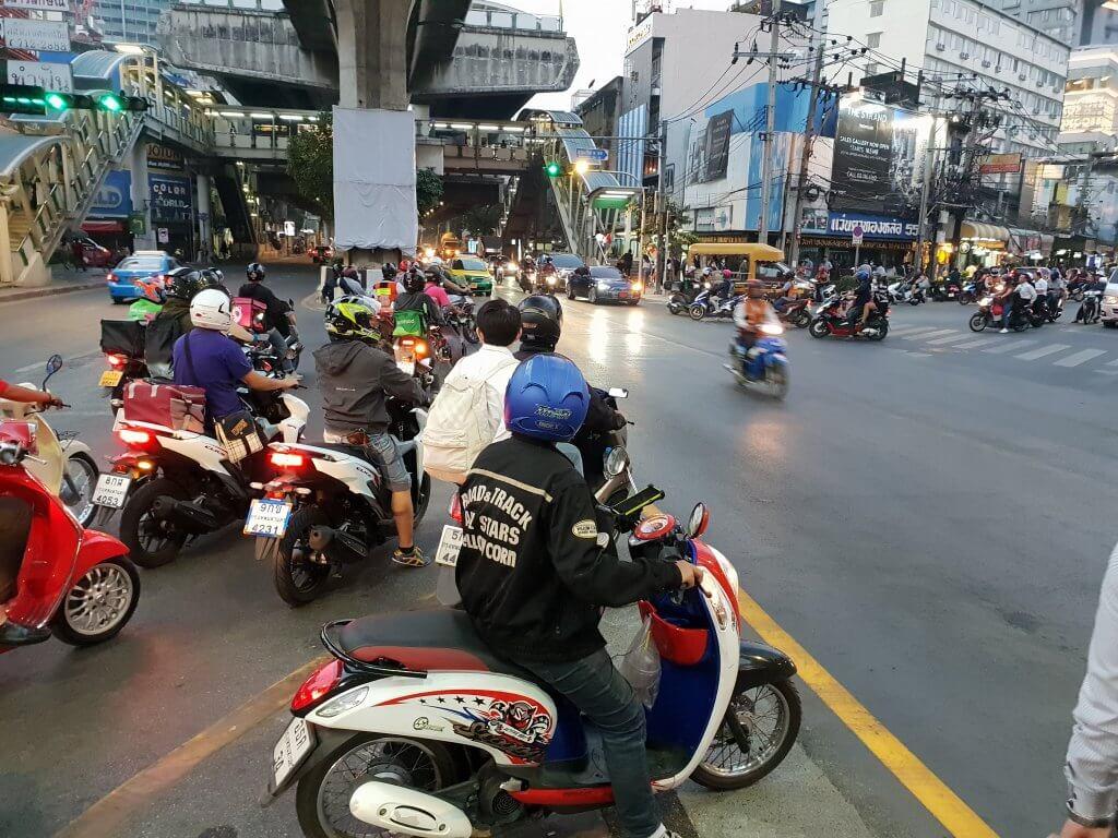Scootere i et kryss på Sukhumvit Road