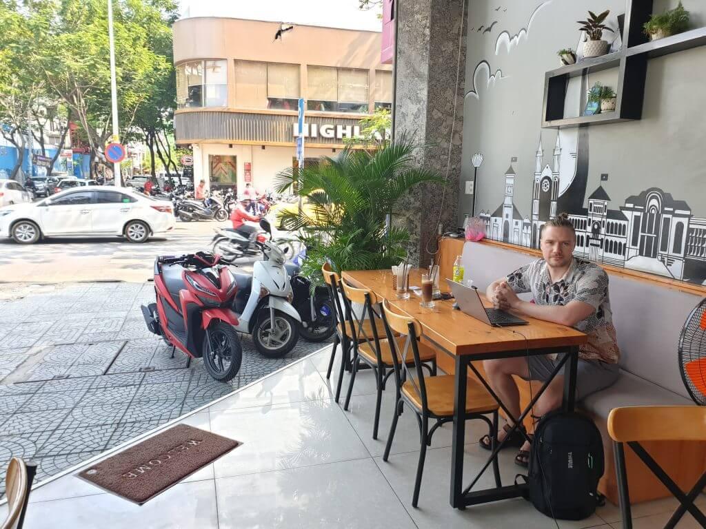 Jonas sitter på en kafe i Saigon