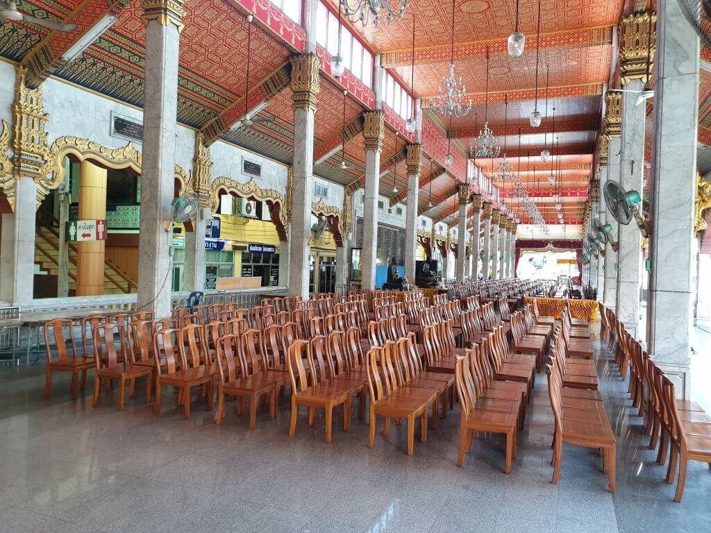 Rader med stoler i templet