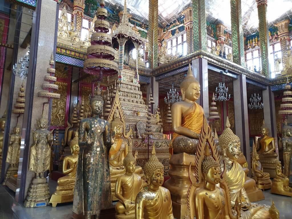 Buddha-statuer inne i hovedrommet
