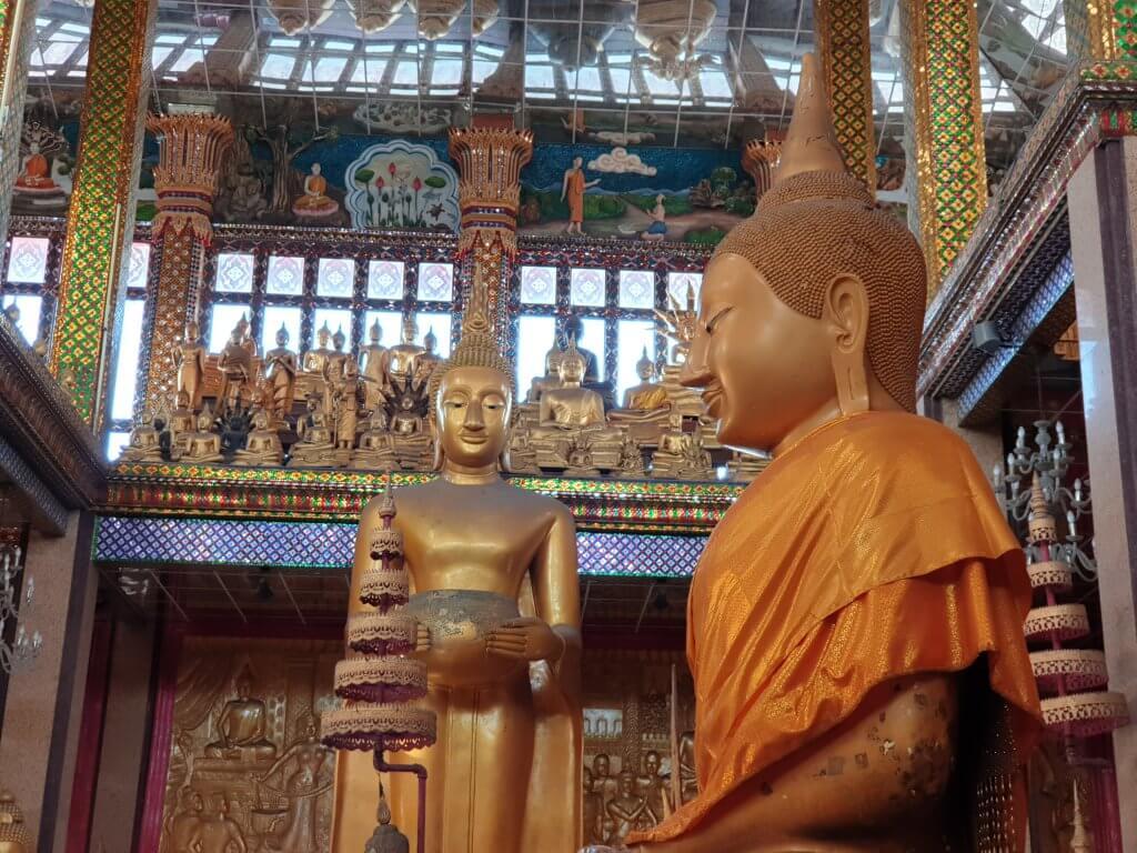 Buddha-statuer inne i templet