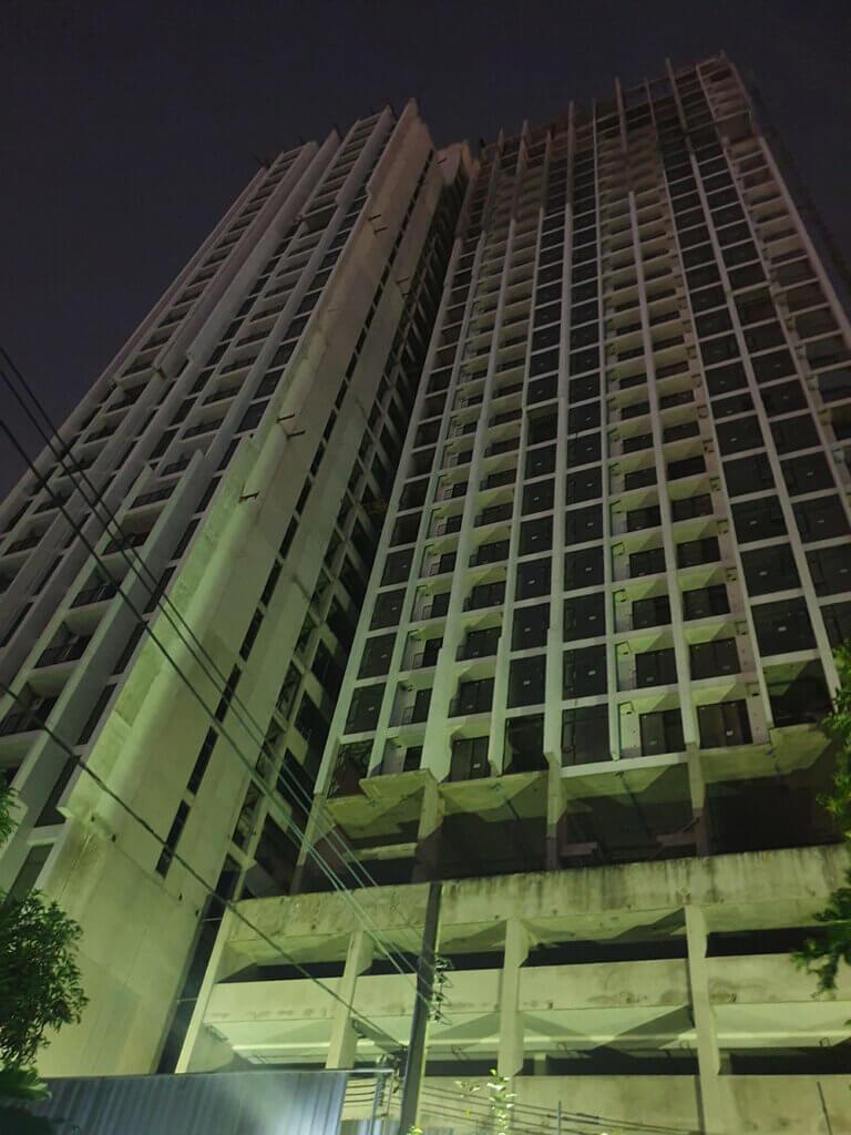 Nærbilde av tom skyskraper