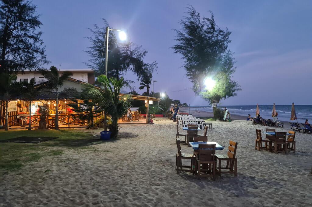 Restaurant på stranden i Thailand