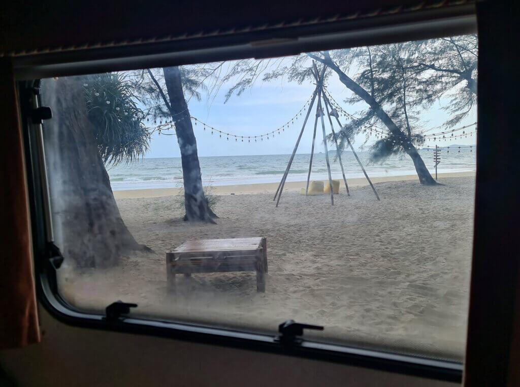 Utsikt over stranden fra campingvognen